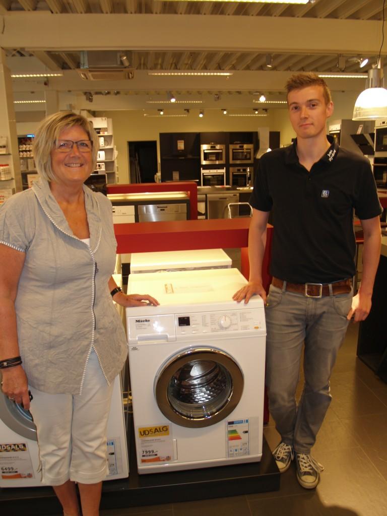 Her står den glade vinder sammen med John Larsen fra Jens Byskov